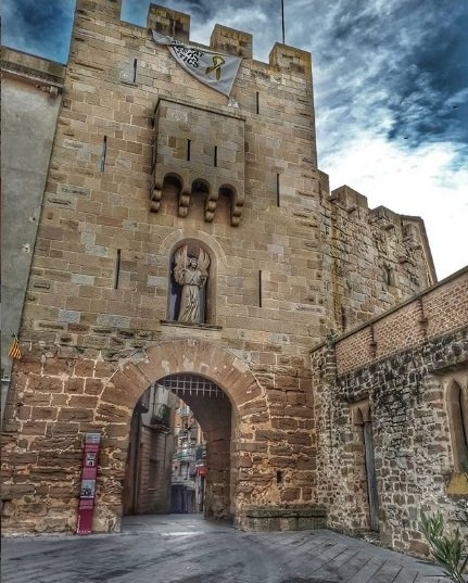 #Sabiesquè el portal de lÀngel de #Guissona és lúnic dels tres portals medievals que encara resta en peu a la vila? 📷 @josepgraubadia @AJGuissona @MuseudeGuissona @AteneuGuissona @CentroGuissona @aralleida @catexperience @Espirituviajero @patrimonigencat @BiblioGuissona