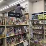 書店の壁に落書きしている人は!?「名探偵コナン」の作者ご本人だった!