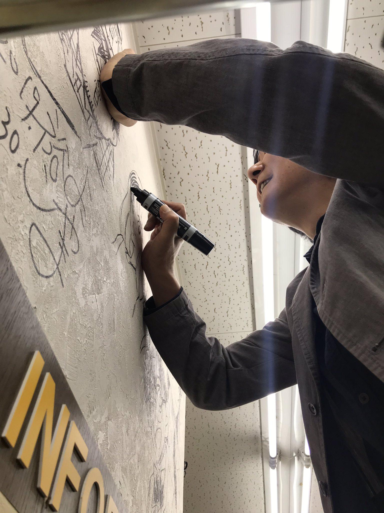 うちの書店の壁に…何か落書きしている人がいるんだけど…コレは注意しなくちゃ!! #あだち充 #青山剛昌