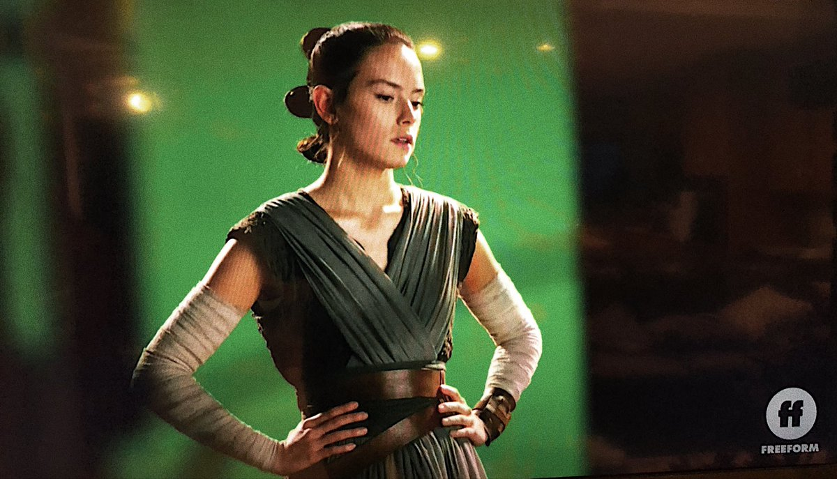 RT @theforcebender: tlj outfit and three buns is a look I didn't know I needed in my life https://t.co/DDhW15KnyU