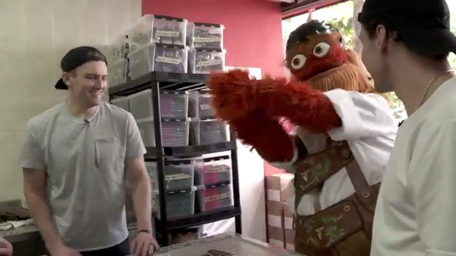 Before leaving Switzerland, the @NHLFlyers and @GrittyNHL stopped by a chocolate factory to make some treats. 🍫