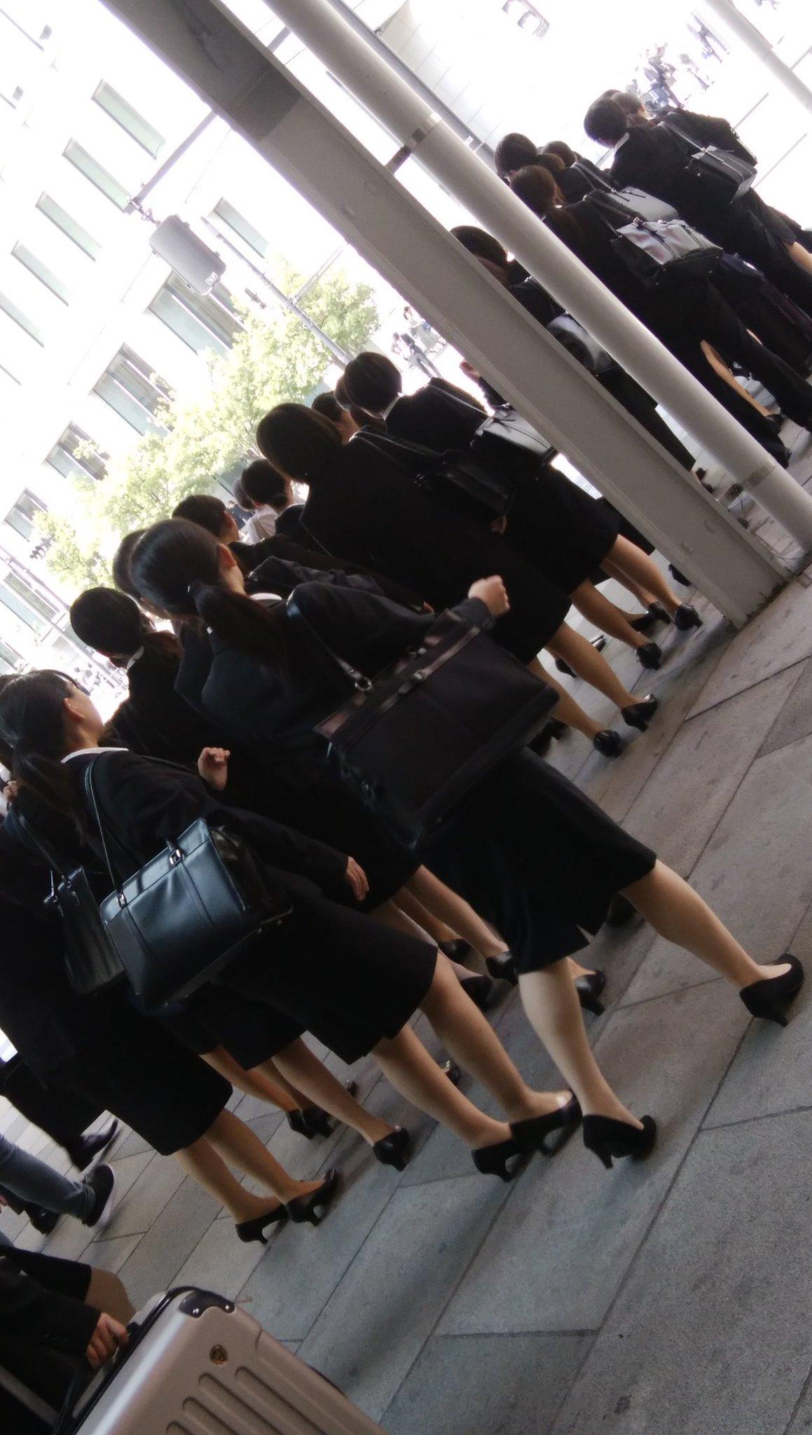 東京駅すごい。地方から髪形も服も鞄も靴も化粧も同じコピーされたような新入社員が大量に歩いてる