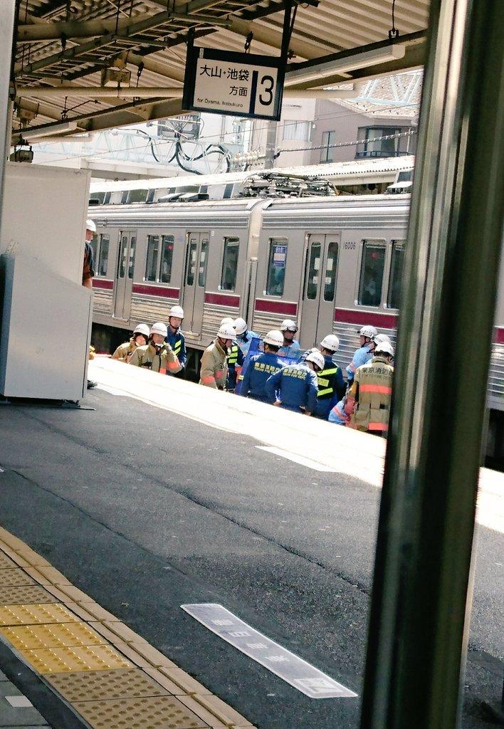 東武東上線の中板橋駅で人身事故が起き救護活動している現場の画像