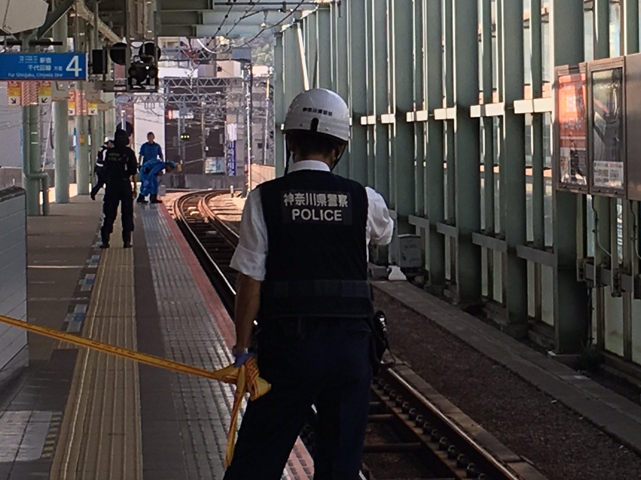 登戸駅の人身事故で規制線を張り現場検証している画像