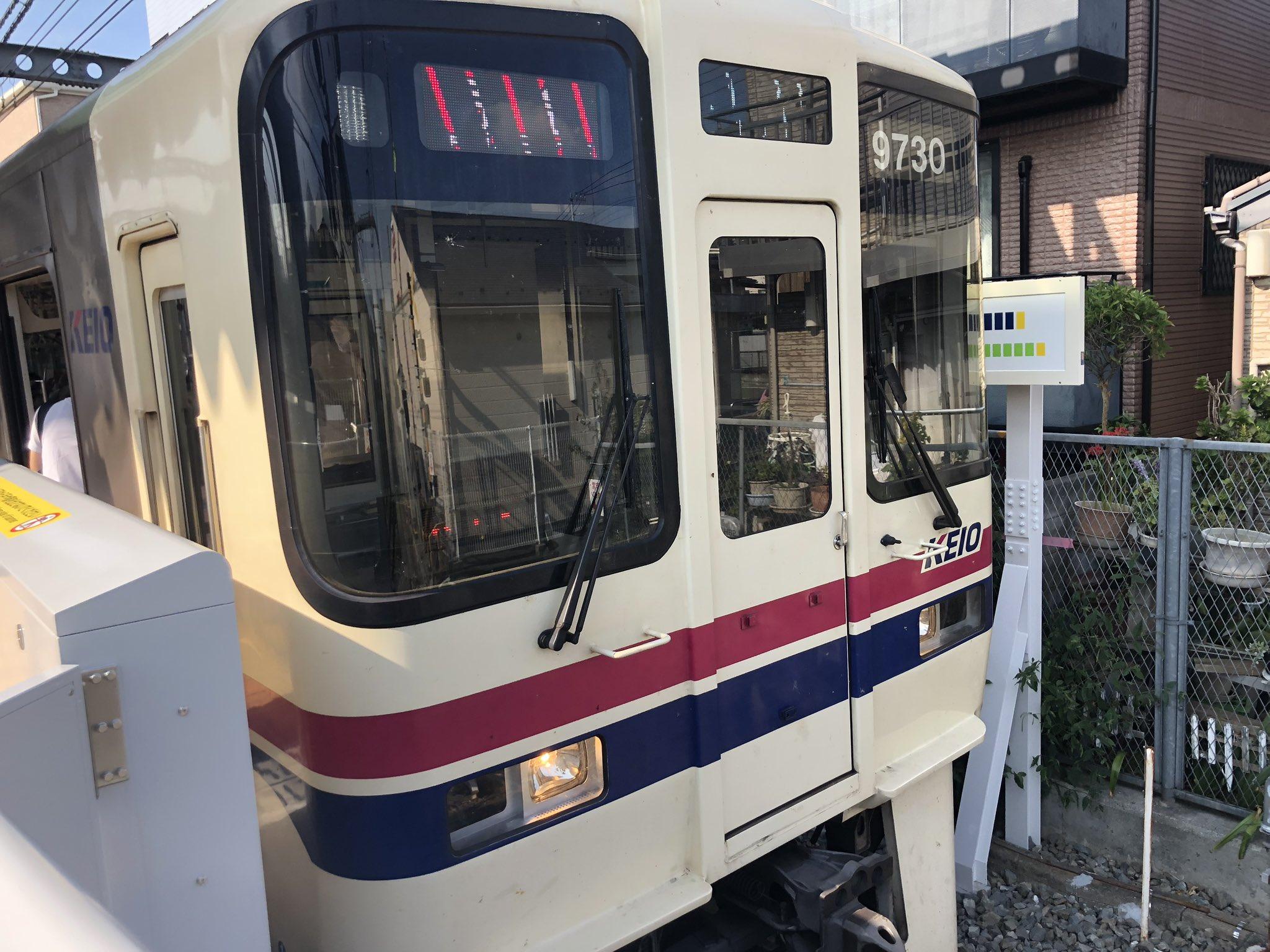 京王線の国領駅~柴崎駅間で人身事故が発生し電車が運転を見合わせている現場の画像