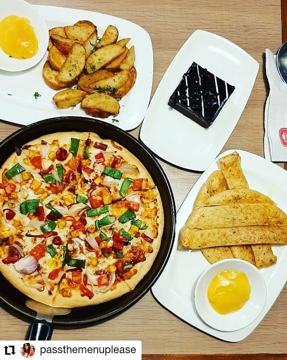 We bet you cant look away, can you TastiestPizzasAt99 https t.co DuImxQI3qh