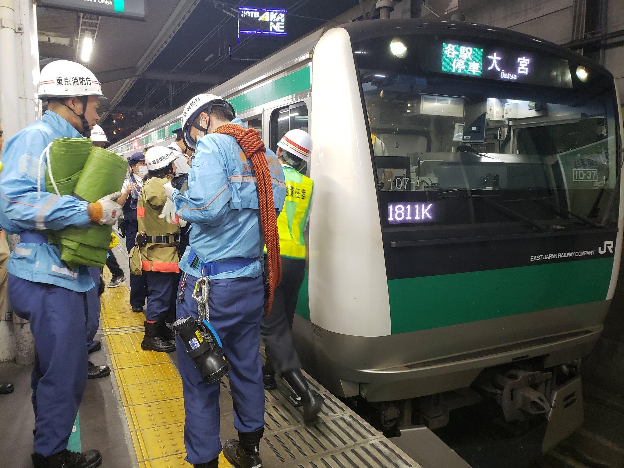 赤羽駅の人身事故で救急隊らが救護活動している現場の画像