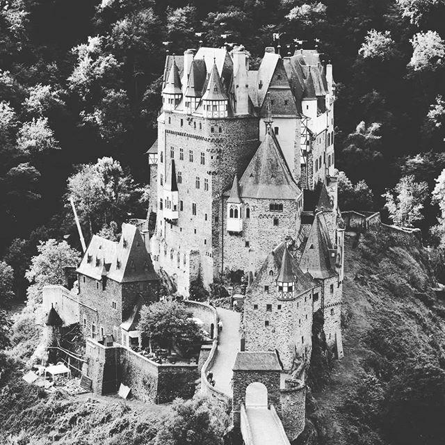 Burg Eltz!  #Mosel #Hunsrück #Eiffel #Burg #Eltz #eltzcastle #burgeltz #urlaub #canon77D #canonphotography #german_landscape #Germany #swfotografie #marcmachtblau #Moselurlaub https://ift.tt/2neKXs7pic.twitter.com/WycEkfRCje
