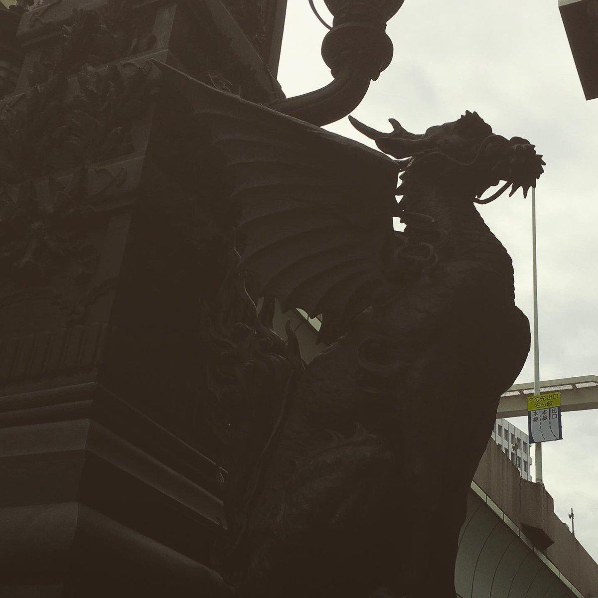 日本橋の名作久しぶりに日本橋へ。三井美術館と山村御流華展を堪能という贅沢な休日。この守護獣達をしばし独り占め。戦争中の金属供出や戦火からも逃れた像です。#日本橋 #守護獣像 #金工 #彫刻 #獅子 #麒麟 #渡辺長男 #岡崎雪聲 #nihonbashi #mythicalbeastissues #bronzesculpture