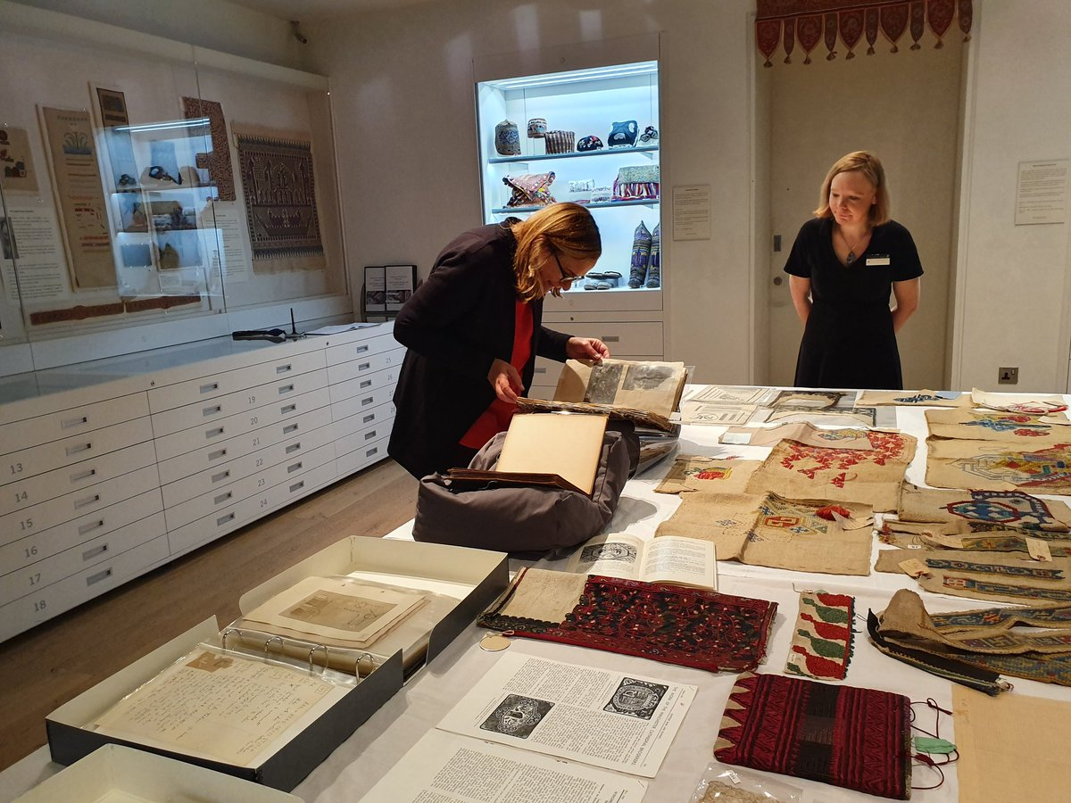 We are very excited to welcome @Tracy_Chevalier to the Galleries this evening for a special talk. Here Tracy is reunited with the International Textile Collection material which inspired her new novel #ASingleThread.