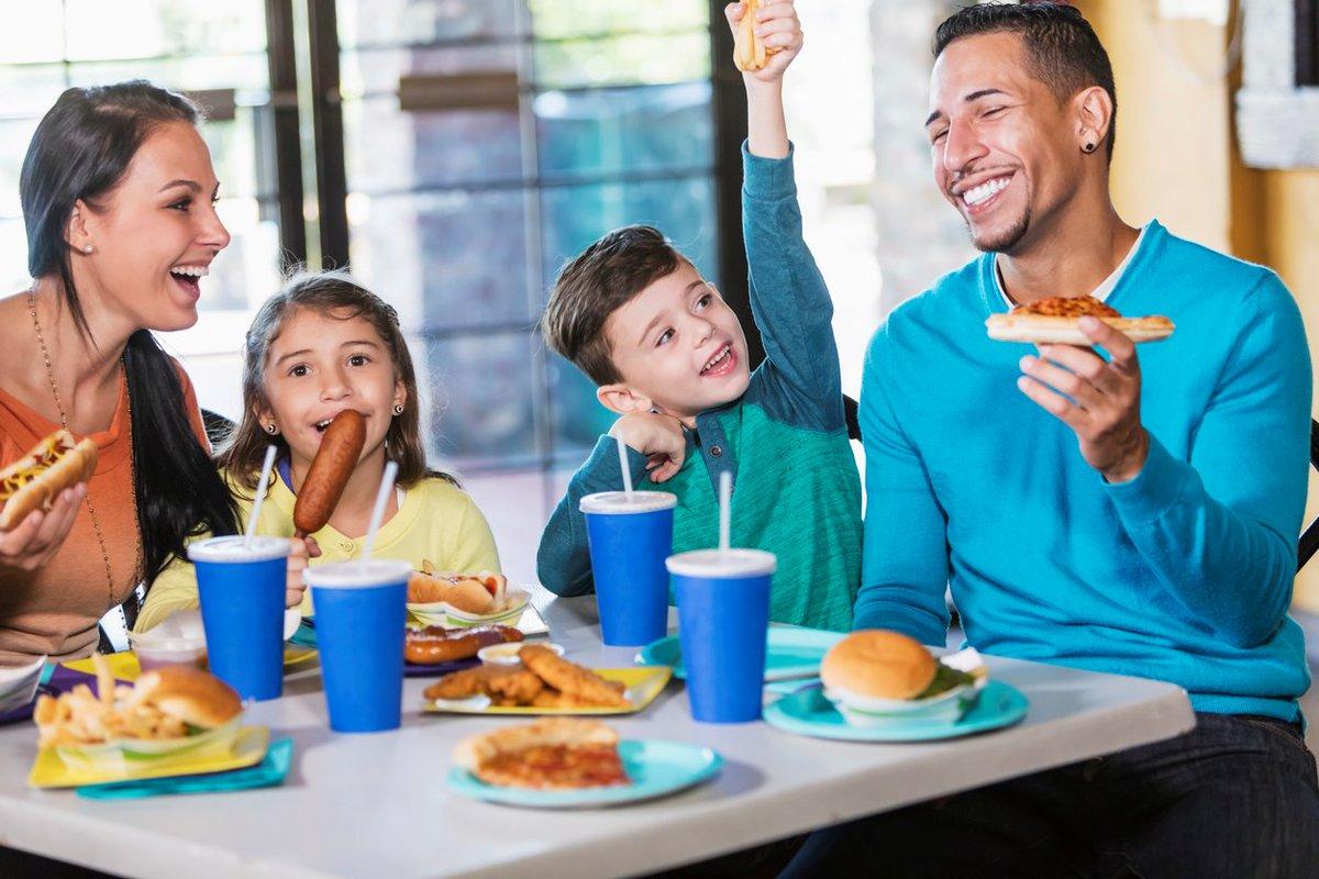 family eating at restaurant - HD1200×800