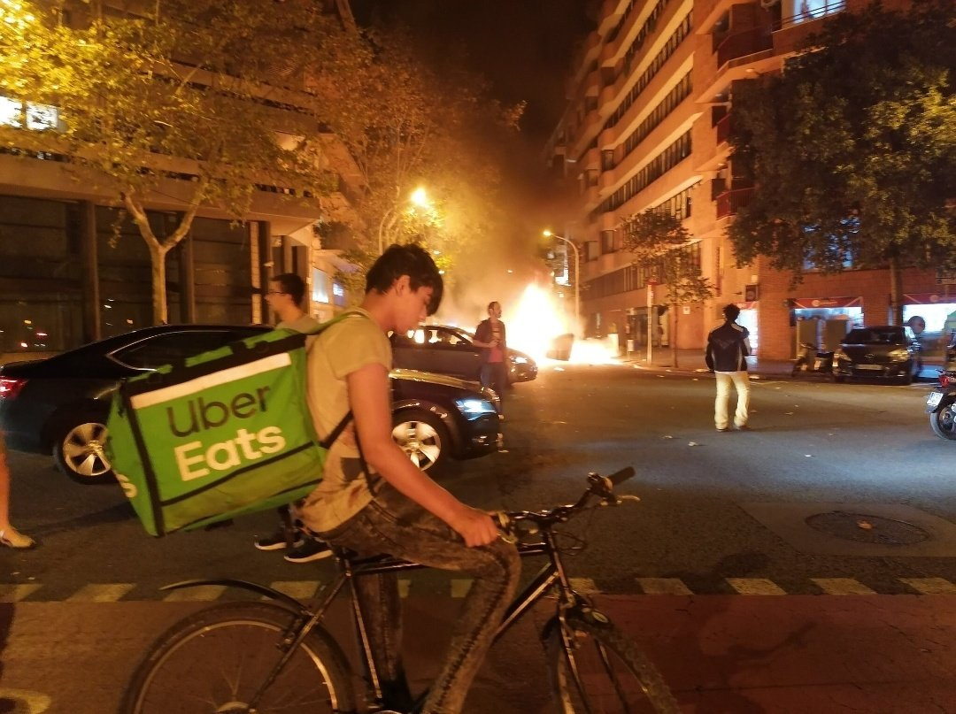 Dos fotos de las protestas en Barcelona que son el retrato de nuestra época