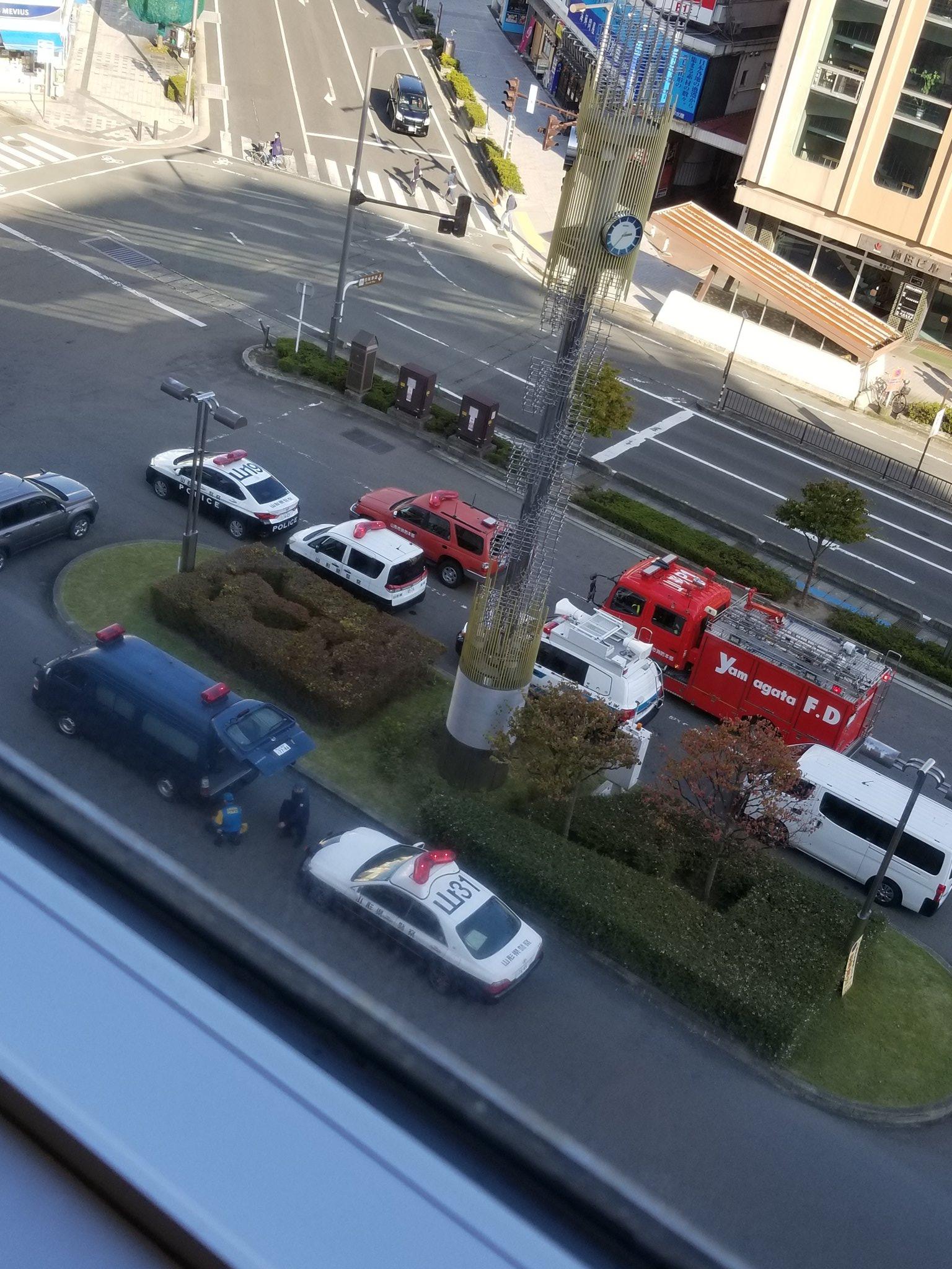 山形駅エスパルの不審物騒ぎで緊急車両が集結している現場画像