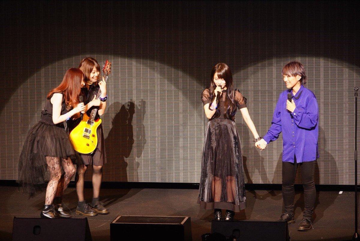#D4DJ#燐舞曲 オフショット📸(1→2枚目は緊張してる椿の手を握る葵依と「おい!差し入れの🍮めっちゃ美味いぞ!」って入ってくる渚、見守る緋彩)