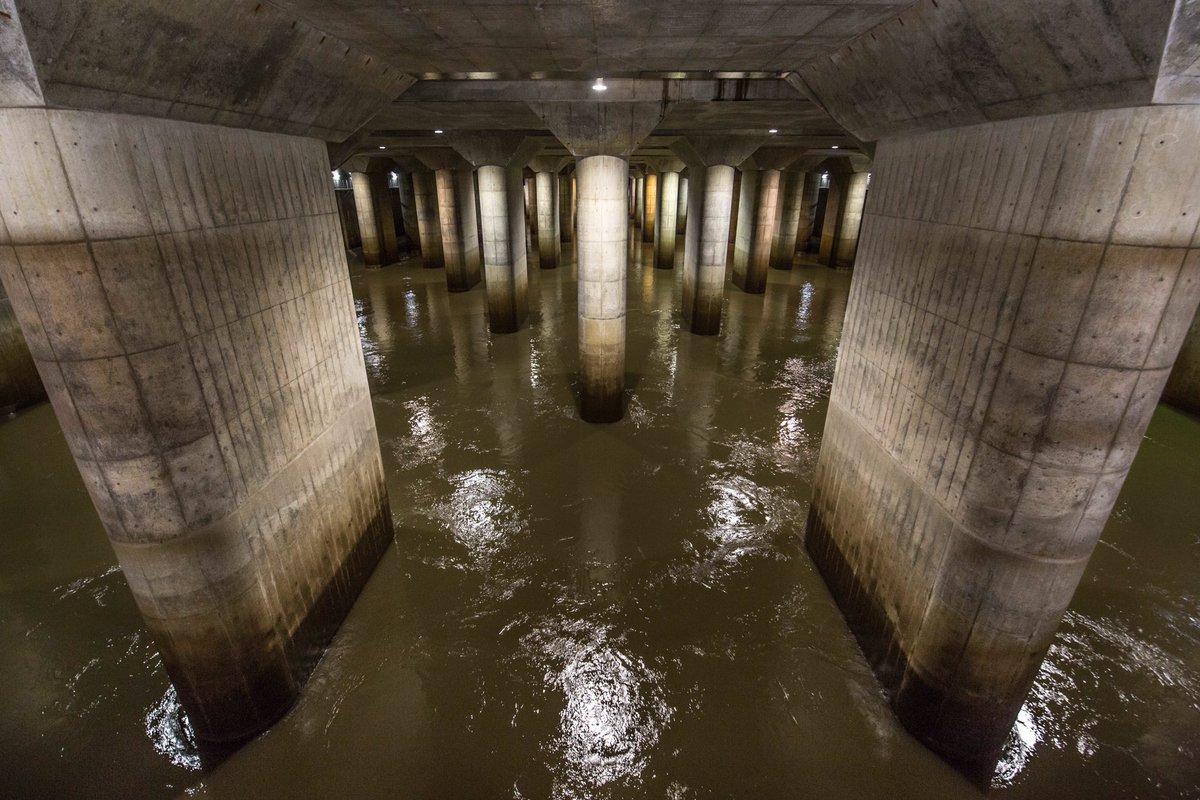 【首都圏外郭放水路】台風19号が過ぎ去った翌日の見学会に参加した。過去2回見学に行ったことがあったが稼働中は初めて。70mの立坑に55mの水が溜まっていた。もしこの施設がなかったらどうなっていたか…ありがとう地下神殿(2019.10)