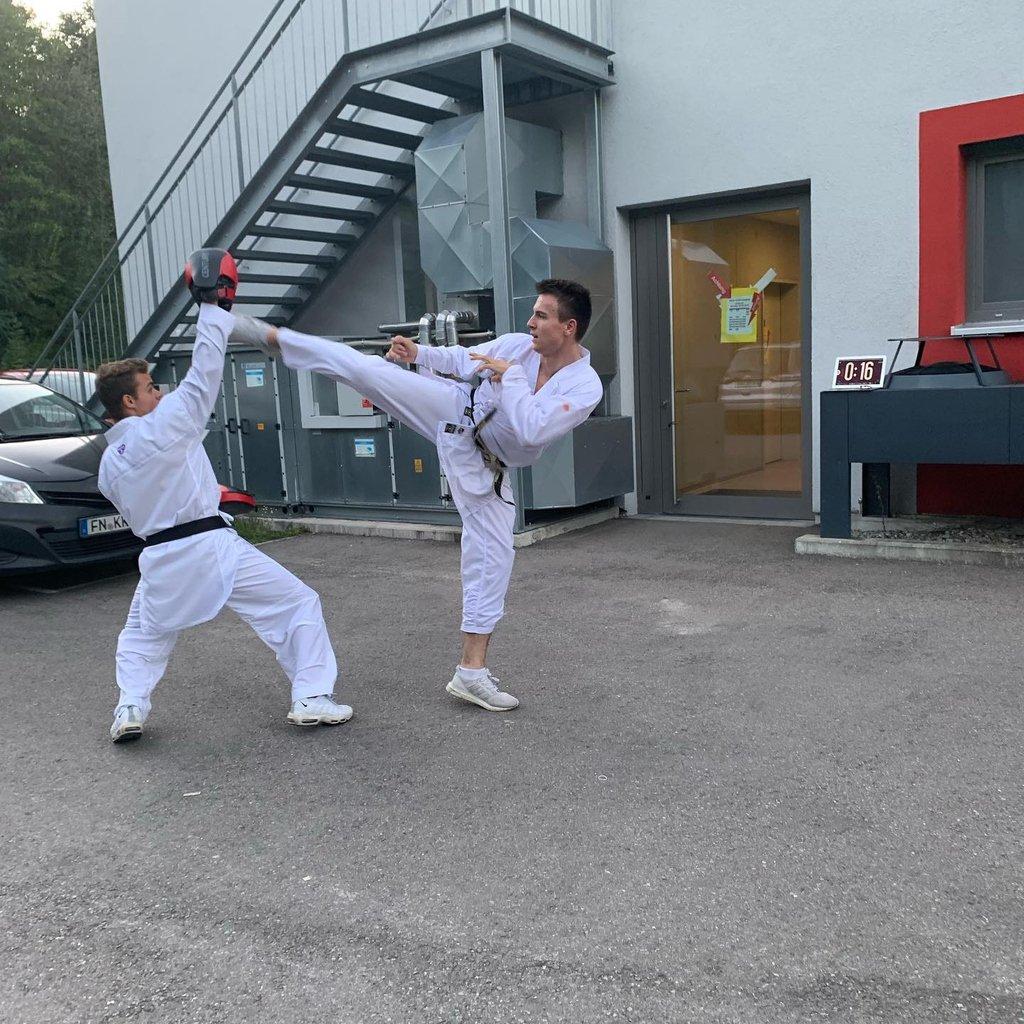Wir drücken die Daumen, Du machst das! 👊💪🙏 . #repost @karateniko Training egal wo egal wann!🥋absolut ready für die Weltmeisterschaft nächste Woche 🥇 der Titel wird verteidig maximummartialarts .