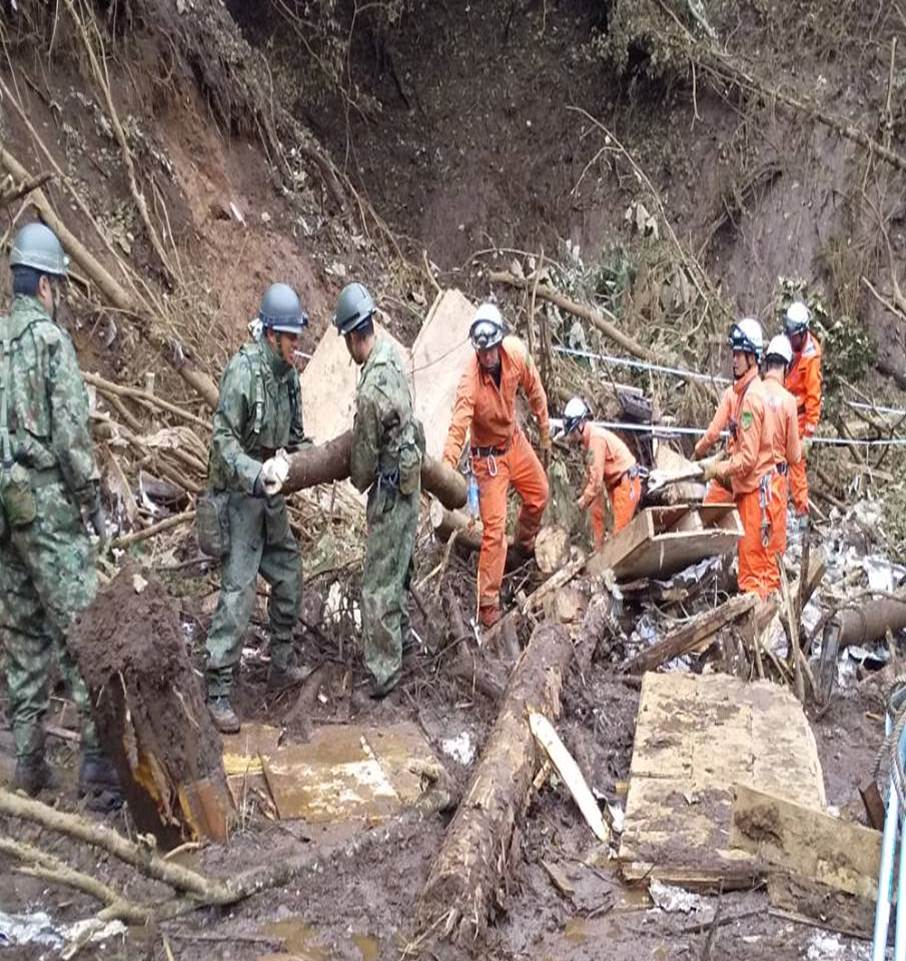 東部方面隊は、担任区内の1都6県において河川氾濫や土砂崩れに伴う人命救助、孤立住民の搬送等を実施しています。 また、本日から生活支援として給水活動を開始しました。#台風19号 #給水 #災害派遣  #千曲川