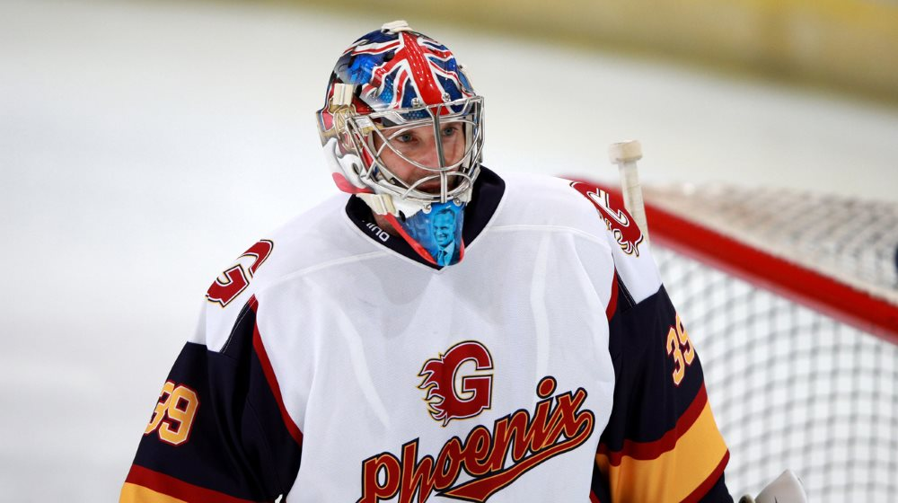 Lets give @PetrCech a warm welcome to #icehockey The hockey mask suits you well! Inspired by his hockey hero Hasek, Czech football goalie legend Cech of @ChelseaFC & @Arsenal wore #39 for his debut with the @Gford_Phoenix. 🏒⚽️🇨🇿🇬🇧 ➡️ iihf.com/en/news/15358/… 📷 Ian Walton