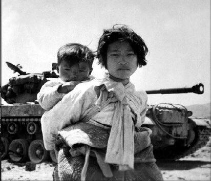 例えばこれ、朝鮮戦争当時の 韓国の民間人なんだけど  僕は韓国人とか国籍関係なく この人可哀想だと思うし  馬鹿にして茶化そうとか あり得ないんだけど  Chim↑Pomのエリイは 防空頭巾で降参ポーズとか 日本の戦災被災者を平気で茶化すんだよね。  人とは思えない感覚。 #トリエンナーレ #福島ヘイト