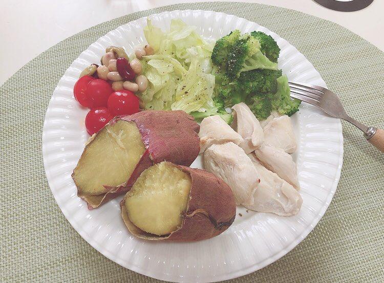 最近ダイエットプレートを作ってます野菜類をお皿の半分くらい盛り付けて肉、魚、卵などのタンパク質。炭水化物は芋、カボチャにしたワンプレート🍠基本炭水化物は朝と昼に摂ってて、このプレートはお昼ごはん用にしてます