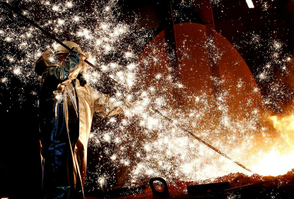 Euro zone industrial output rebounds with capital goods boost