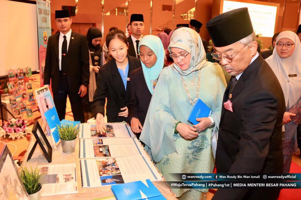 The representatives for SMK Kuala Krau are so pleased to meet you and Agong today. Thank you for visiting our English and ETA booth.  <br>http://pic.twitter.com/MPy99KAjAh