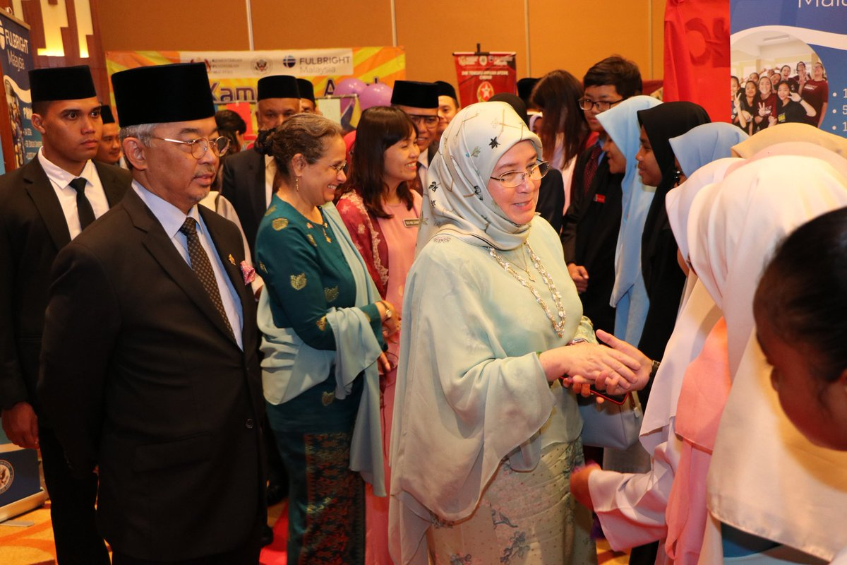 "& Her Majesty Raja Permaisuri Agong Tunku Azizah Aminah Maimunah Iskandariah Sultan Iskandar:   ""Whether you want to become a scientist or a surgeon, a teacher or even the next prime minister of Malaysia, you must take advantage of every opportunity given.... 3/x <br>http://pic.twitter.com/ZuQcXF31pD"