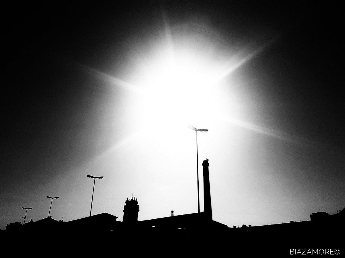 Lugares ⚫⚪|©biazamore 🇧🇷 #riodejaneiro #blackandwhitephoto #blackandwhitephotography #naturephotography #blackandwhite #blacknwhite #bwbeauty #pretoebrancofotografia #architektur #fotopretoebranco #bnw #sun #bnwphotography #bnwphoto #schwarzweiß #sonne #architecture