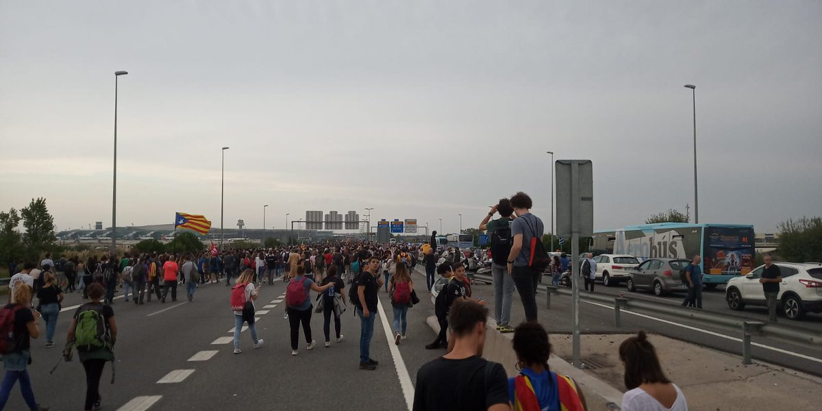 Los bomberos de Girona cuentan que los hierros de las vías del AVE se han fundido con las barricadas