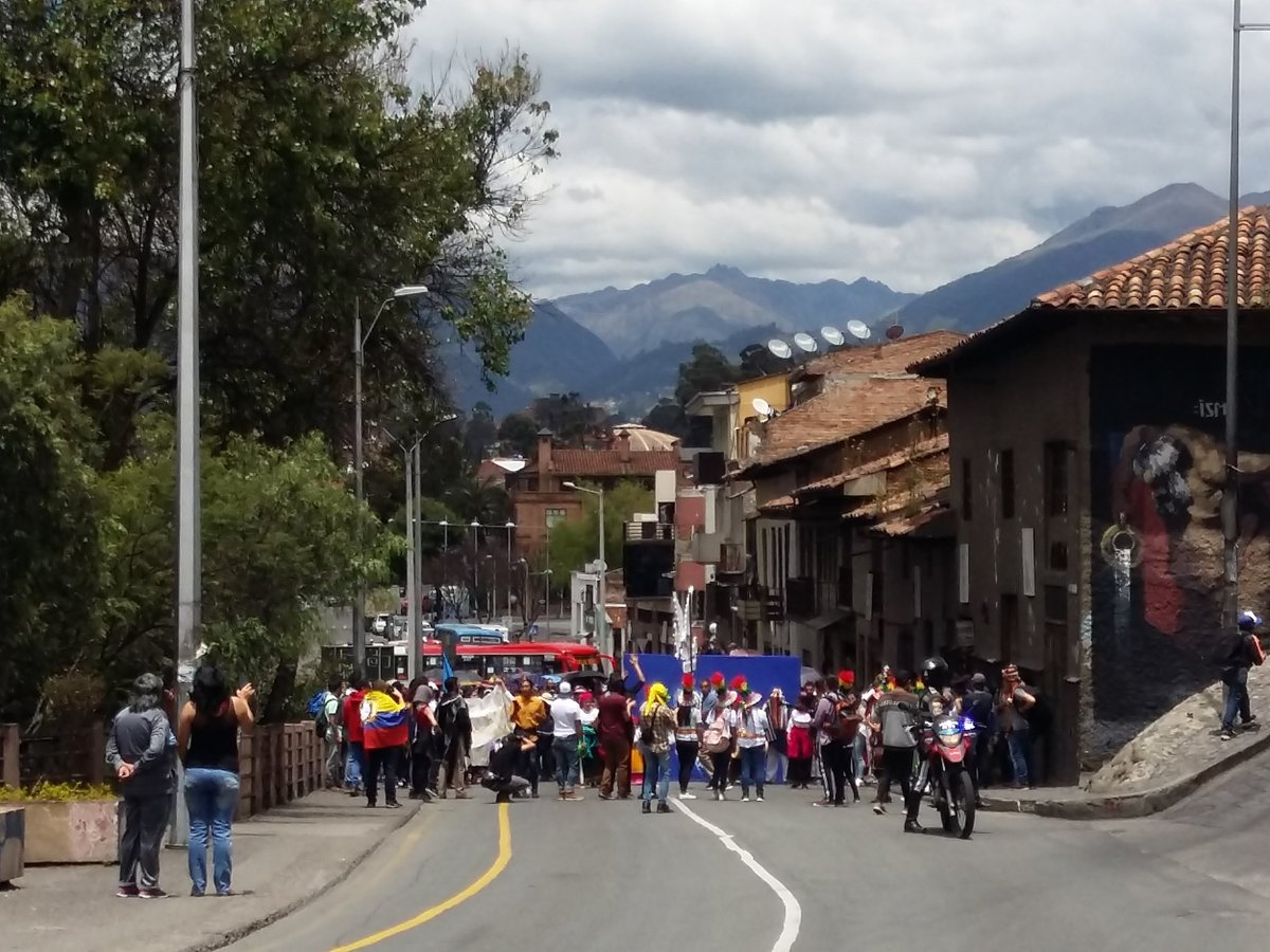 La #marchaestudiantil sube por la Condamine en #centrohistorico de #Cuenca  con dirección al parque Calderón. Esta protesta se da luego de los fallecidos en estos 12 días de #ParoNacionaleEC
