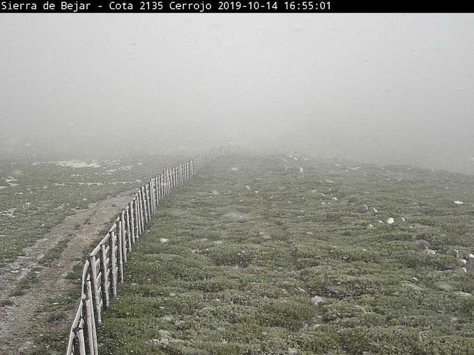 Ligera nevada en las cumbres orientales del #SistemaCentral! ❄️❄️😍 📸 #LaCovatilla (Salamanca) y #SerraDaEstrela (Portugal)