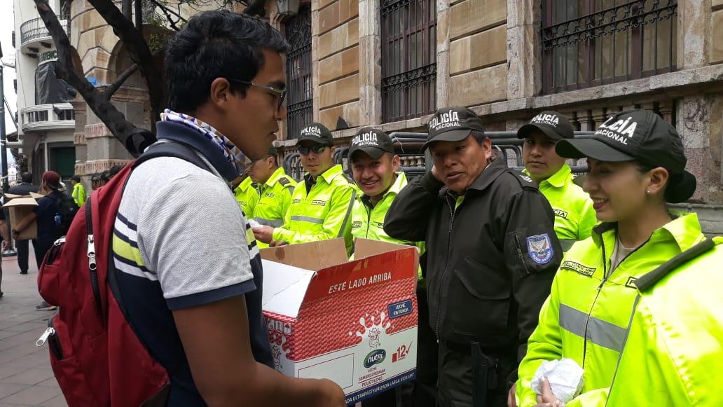 """#ATENCION los ciudadanos de la #marchaestudiantil de #CUENCA brindan refrigerio a la Policía Nacional, """"Porque esta lucha no es contra ellos. Todos somos hermanos ecuatorianos"""", aseguran. #FelizLunes"""