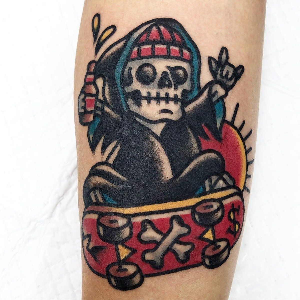 Inspiração de #tatuagem de caveira skatista em Old School. Gostaram? Confiram mais tatuagens neste estilo clássico no #blog. Link:   #tatuagemdecaveira #tatuagemoldschool #oldschool #oldschooltattoo #tatuagemmasculina