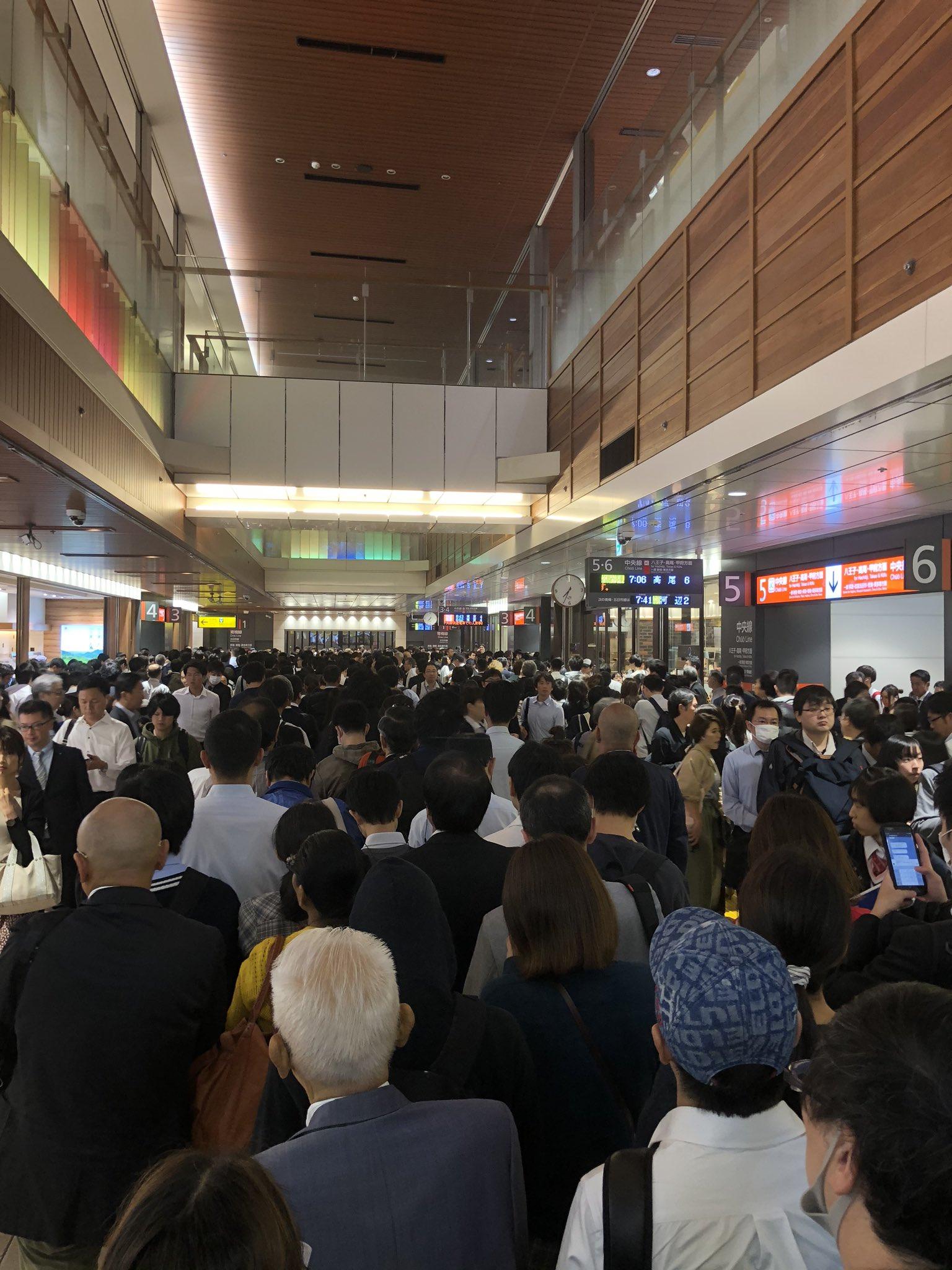 通勤ラッシュに人身事故が発生し立川駅が混雑している現場画像