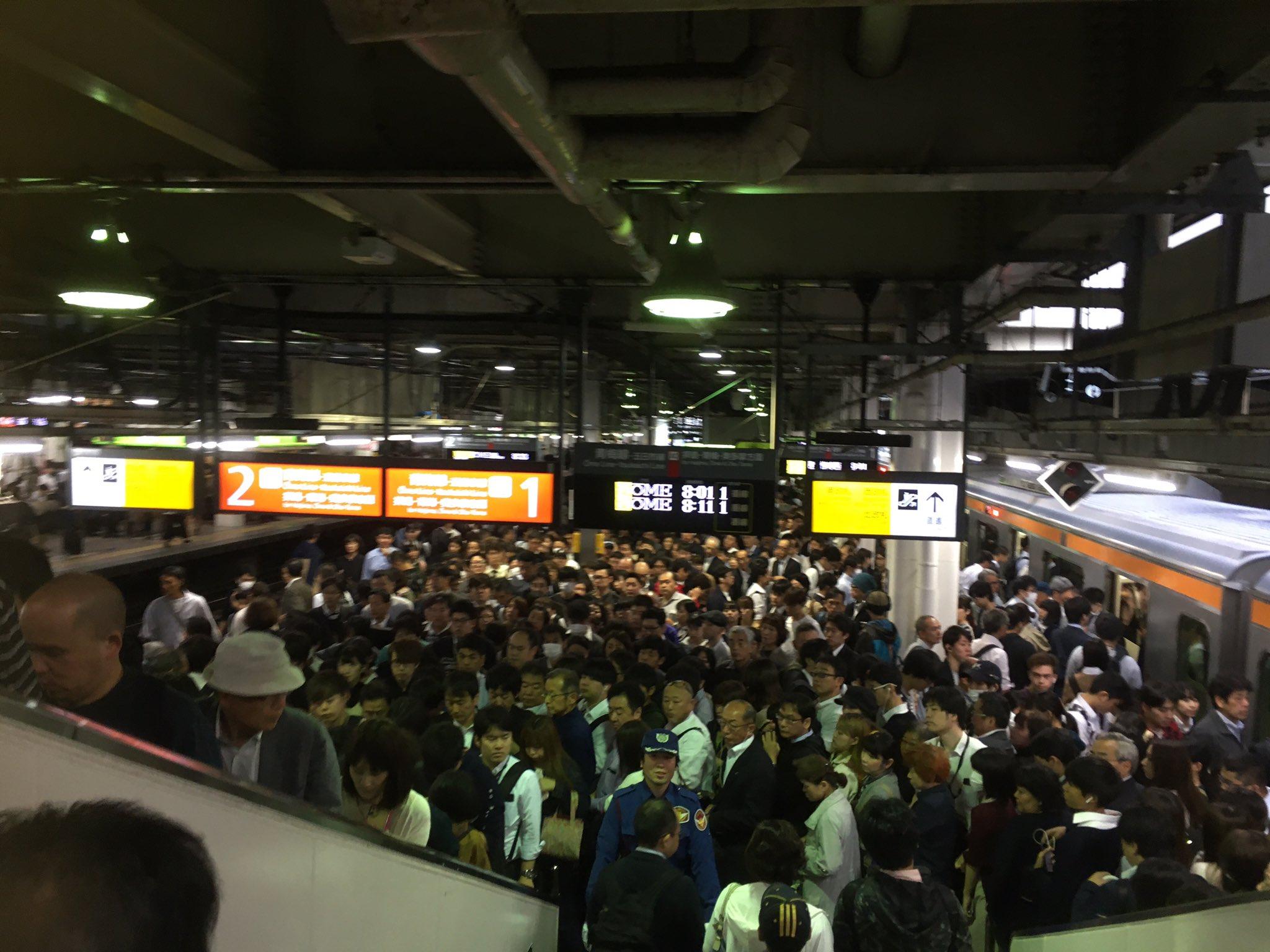青梅線の立川駅のホームが混雑している現場画像