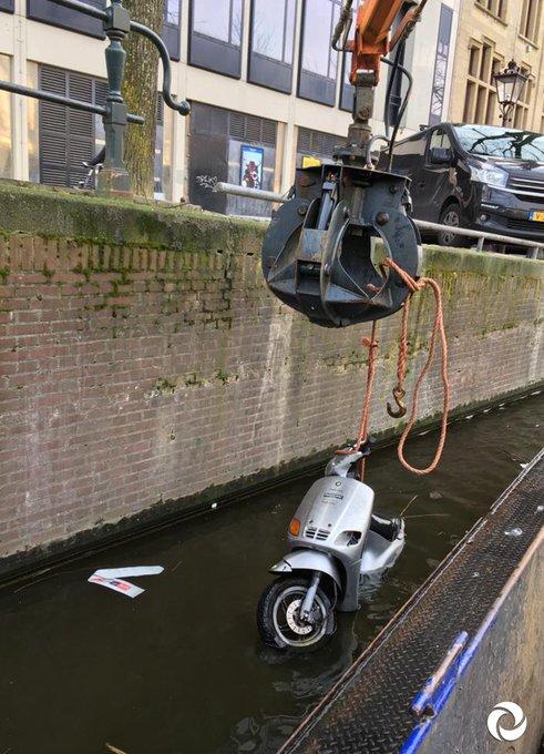 Toe-toe-toeter, een waterscooter?! Onze mannen scooter uit de gracht 😧  Hoe denk jij dat deze scooter in het water is beland?