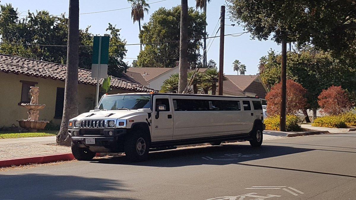 Quand tu veux parcourir le désert en 4x4 mais que quand même, tu veux montrer que tu as du chic : le hummer-limo
