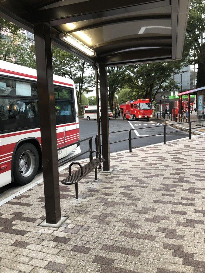 武蔵境駅の人身事故で緊急車両が到着している画像