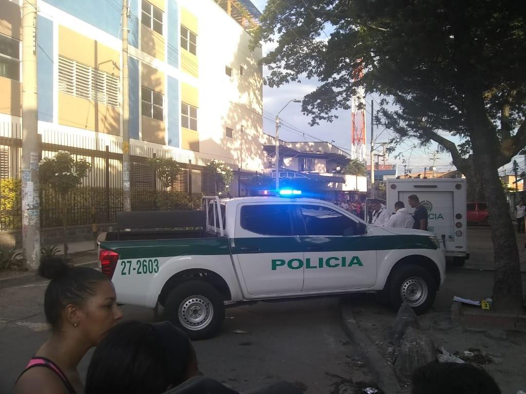 #UltimaHora atentado deja un muerto frente al Hospital Carlos Holmes Trujillo oriente #CaliCo