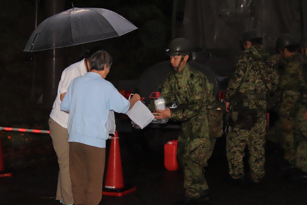 昨日も夜まで人命救助、生活支援を行いました。今朝明け方ごろからは航空機による被害情報収集を行っています。 また、北海道の部隊も青森に逐次上陸しています。 #台風19号 #災害派遣 https://t.co/KCNoHA58gs