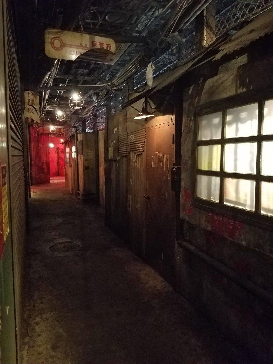 これはダメだ。ウェアハウス川崎店は本当に最高なゲーセンだ。建造物としての芸術性が高すぎる。ゲーセンとして閉店したとしても何かしらの形で保存すべき。ここまで九龍城の雰囲気が再現された建物が失われるのは本当にツラい。