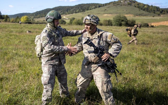 Turkish Commandos joined American and Italian paratroopers during and an airborne assault that was a part of the training exercise #SaberJunction19 at Hohenfels training area in Germany. Read more: go.usa.gov/xVdgV Photo by Sgt. Jonathan Pietrantoni #partnership
