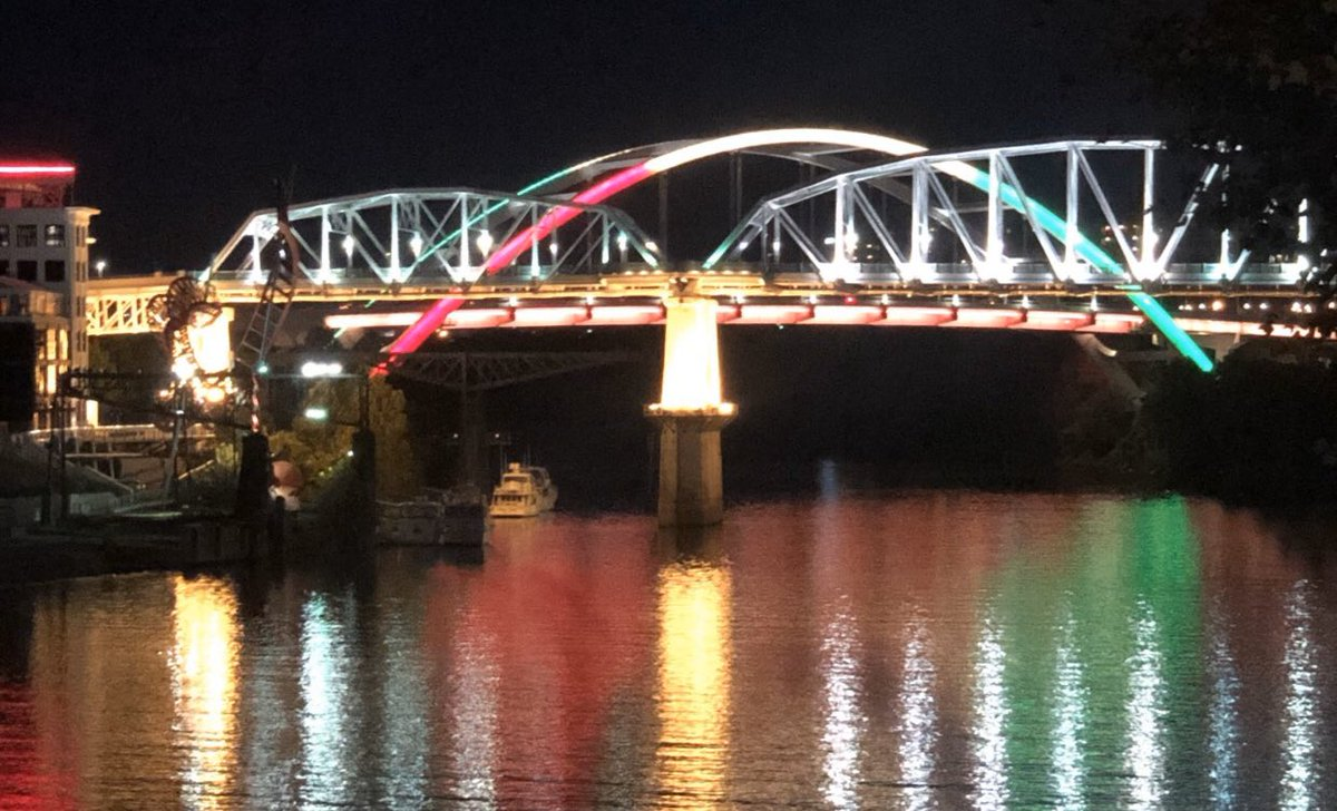 HAPPENING NOW: The Korean Veterans Bridge in NASHVILLE has been lit the colors of Kurdistan in solidarity, with mayor @JohnCooper4Nash's approval.   City Hall/the Courthouse too.  #KurdsBetrayedByTrump  (h/t @ZaidBrifkaniMD)<br>http://pic.twitter.com/RtXwyPIdQF
