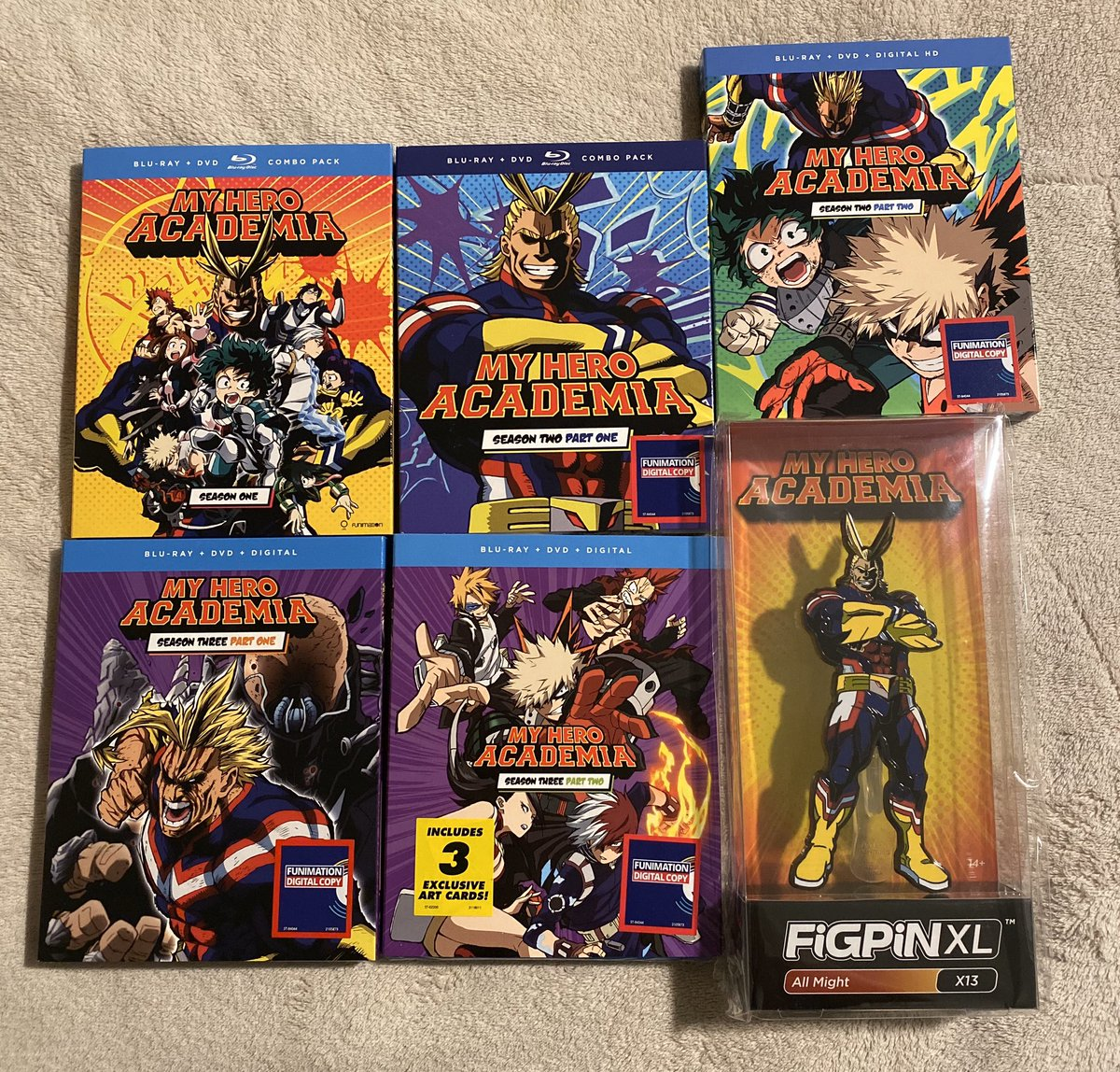 Here are the contents of the Walmart exclusive #MyHeroAcademia with #FiGPiN!<br>http://pic.twitter.com/ar0yvO0eRN