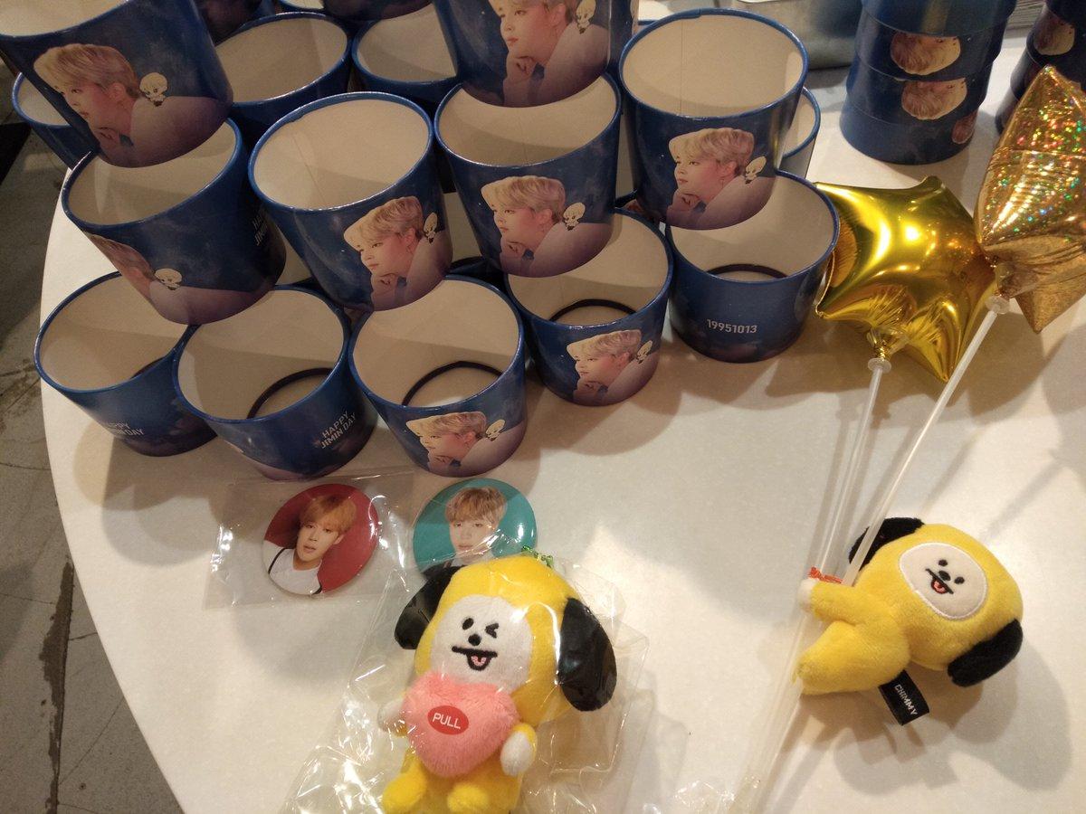 【DOMO CAFÉ】 @mocchipuppy @tako95yaki @CafeDoMo 新大久保の締めはDOMO CAFÉさん♪店内盛況だし、飾りつけもラブリー!! ドリンクをカフェラテにしたんだけど、ミルク感たっぷりでめちゃ美味しかったです(*´艸`*) カップホルダーは夜空背景ですごくオシャレー!イラストも可愛いし、本当に素敵♪