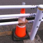 Image for the Tweet beginning: 冠水が心配された富岡バスターミナル横も無事だった様子。  台風の中1つ残した三角コーンに、意地でも飛ばすまいとする土木事務所の気概を感じます。これはもう、道路を直す時までこのままで良い気が(笑。おつかれさまです…)