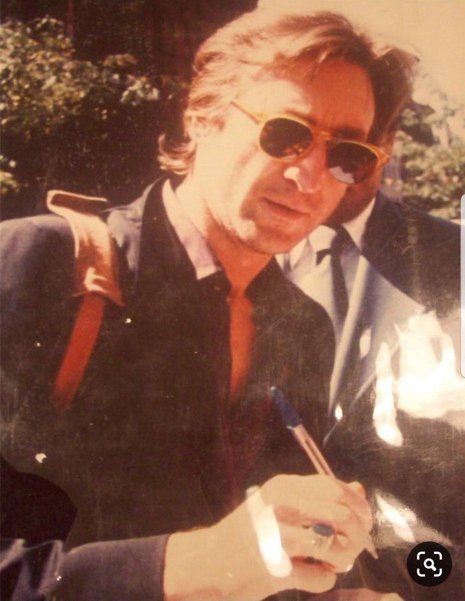 Rare snapshot of #JohnLennon signing autographs in 1980 https://t.co/aWEktjzpkz
