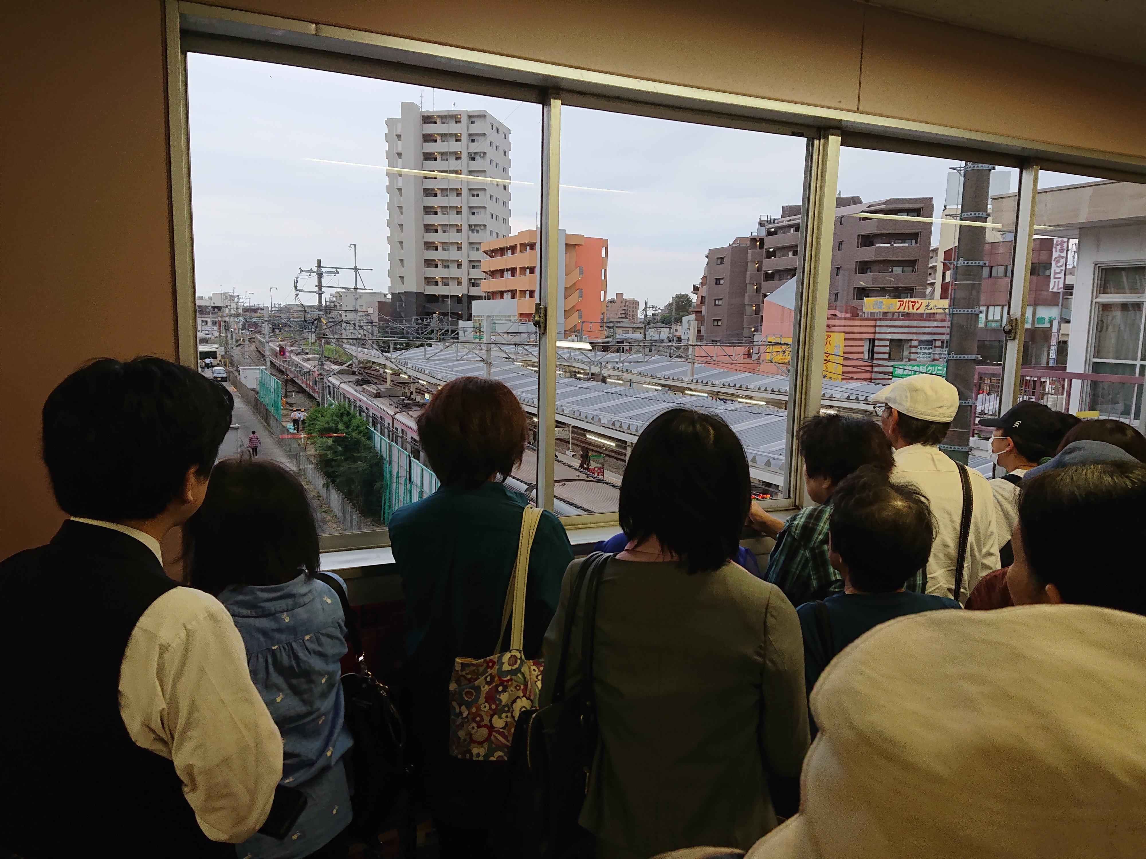 清瀬駅で人身事故が起き騒然としている現場の画像