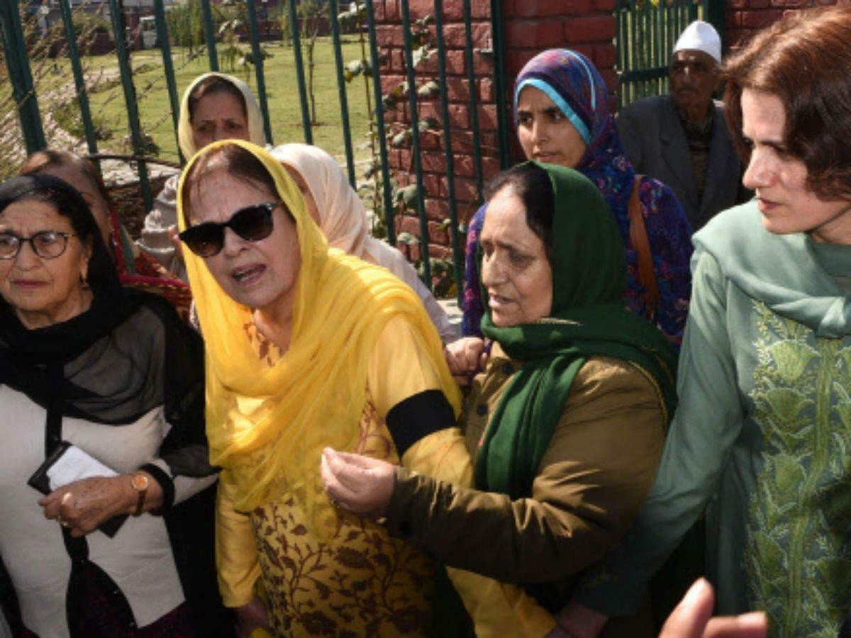 Srinagar, श्रीनगर के लालचौक पर प्रदर्शन करते उमर की बहन साफिया हिरासत में, मोबाइल चालू लेकिन एसएमएस सेवा पर लगी रोक