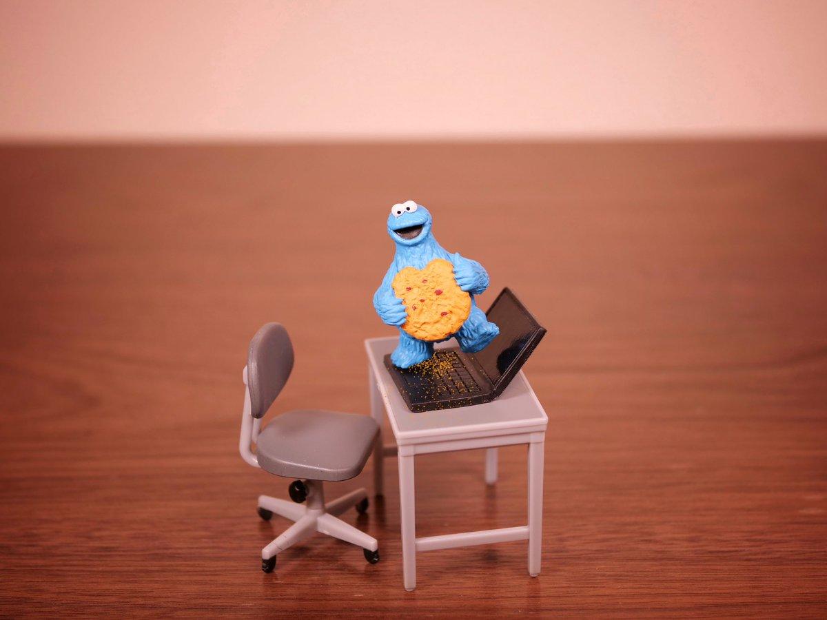 嫌いな上司の机でクッキーを食べるモンスター
